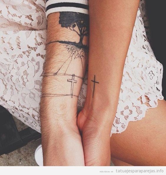 Tatuajes cruces latinas en pareja en la muñeca