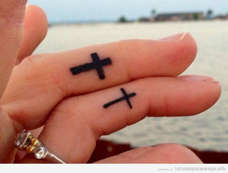 Tatuajes cruces latinas en pareja en el dedo 3
