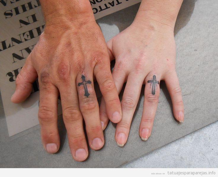 Tatuajes cruces latinas en pareja en el dedo
