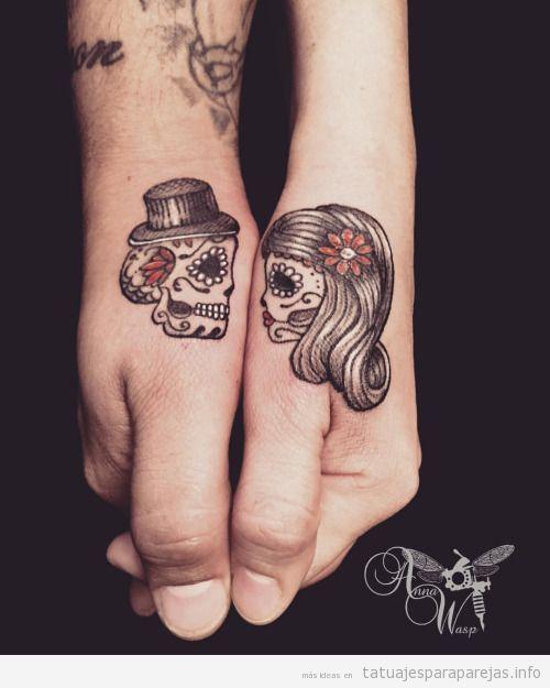 Tatuaje de calaveras en pareja en la mano