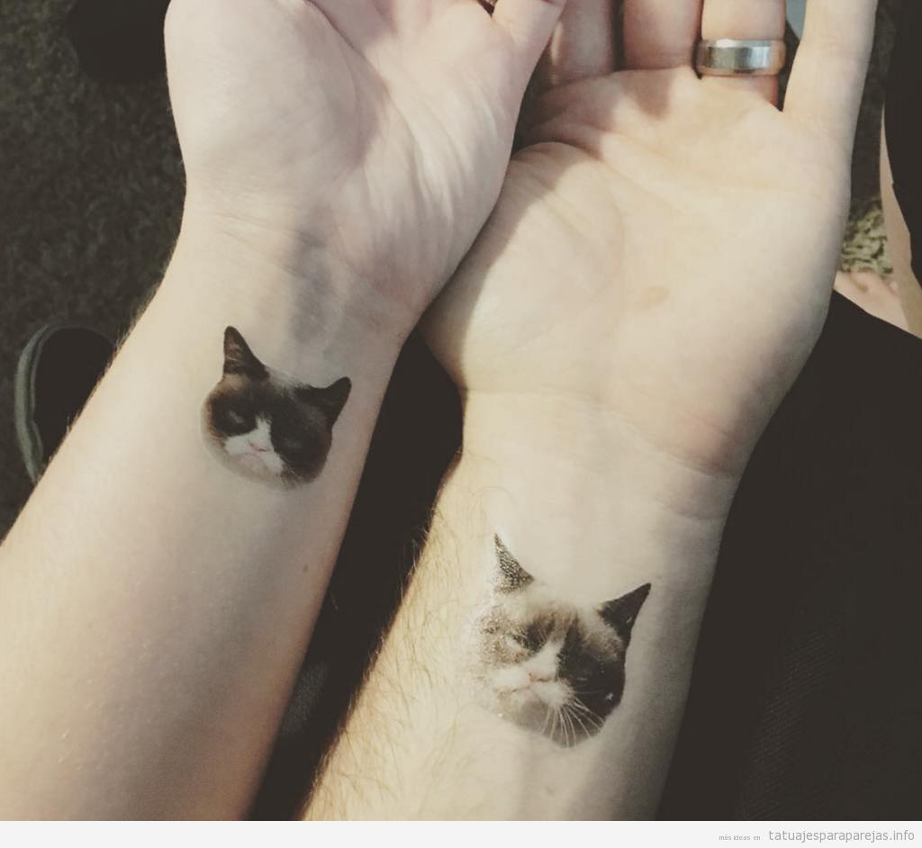 Tatuaje en pareja de grumpy cat en la muñeca