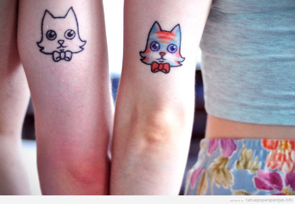 Tatuaje en pareja de gatos en el brazo