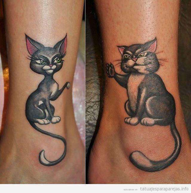 Tatuaje en pareja de gatos en el tobillo