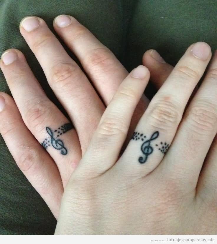 Tatuaje anillos pareja con clave de sol