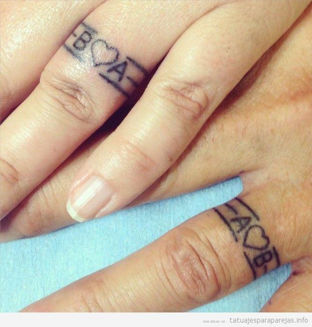 Tatuaje anillos pareja con iniciales