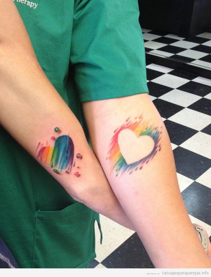 Tatuajes artísticos en pareja, corazones colores