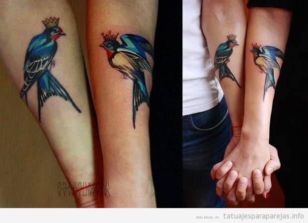 Tatuajes artísticos en pareja, pájaros de colores 2