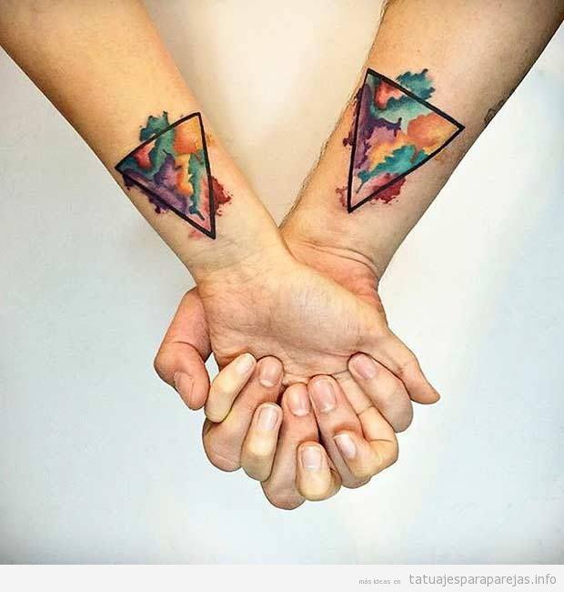 Tatuajes artísticos en pareja, triángulo y color