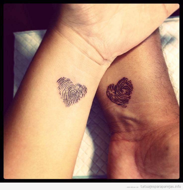 Tatuajes pequeños para parejas, corazones con huellas dactilares 2