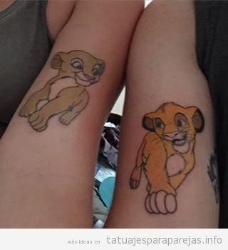 Tatuajes en pareja de parejas de dibujos animados de Disney, Simba y Nala